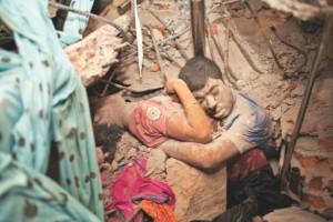 Zwei Opfer der Rana Plaza Katastrophe umarmen sich noch im Angesicht des Todes