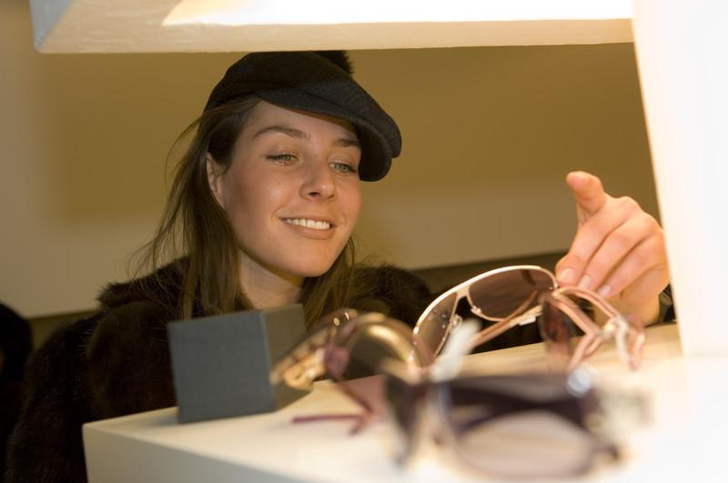 Vielleicht strahlt eure Freundin auch bald so? Shopping in Ischgl ist da zumindest mal eine Idee (Foto: TVB Paznaun-Ischgl)