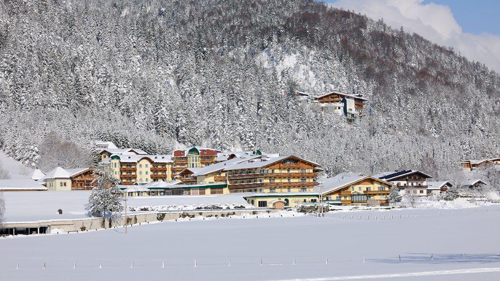 Auch im Winter lässt sich bei den Verwöhnhotels reiten. Der Reithalle sei Dank!