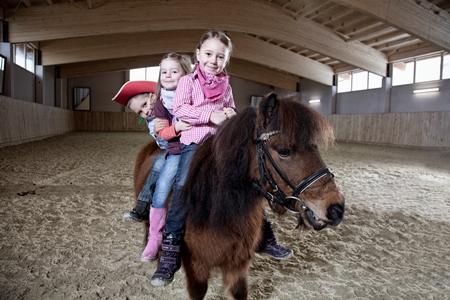So sehen glückliche Kinder aus: Beim Reiten ganz in der Nähe des Walchsees im Kaiserwinkl.
