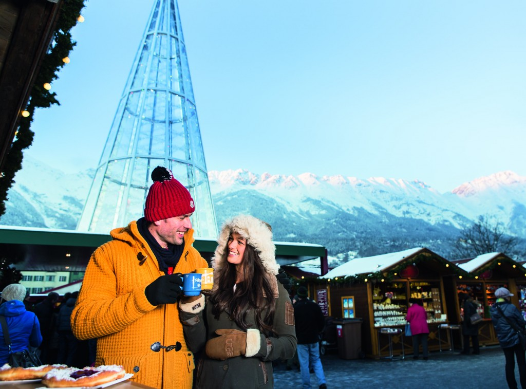 Mit Glühwein, Punsch und Grog kann man sich seit Jahrzehnten auf dem Christkindlmarkt Innsbruck aufwärmen. Wie hier am Marktplatz.