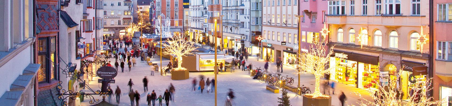 Nicht nur von oben, sondern auch mittendrin hat Shopping und Weihnachten in Innsbruck Stil, Flair und Atmosphäre.