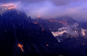 Ein bisschen heidnisch sind wir schon: Sonnwendfeuer auf den umliegenden Bergen.