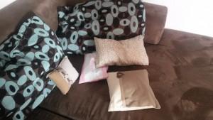 Gleich mehrere Zirbenkissen auf der Couch: So klappt es auch mit dem gesunden Fernsehschlaf!